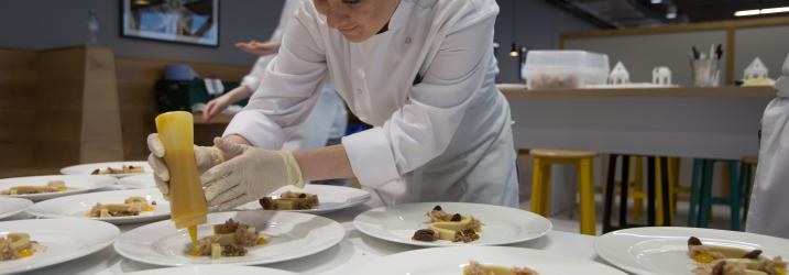 Glasgow Student preparing plate for service